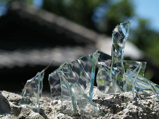 塀の上のガラス