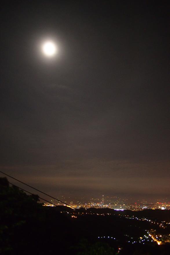 満月と台北市